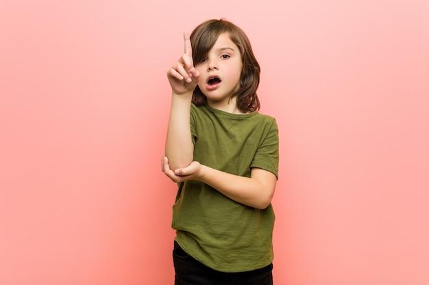 Kleiner junge, der irgendeine großartige idee, konzept der kreativität hat.
