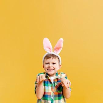 Kleiner junge, der kaninchen nachahmt