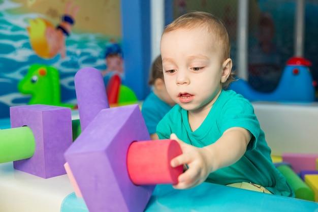 Kleiner junge, der mit würfeln spielt