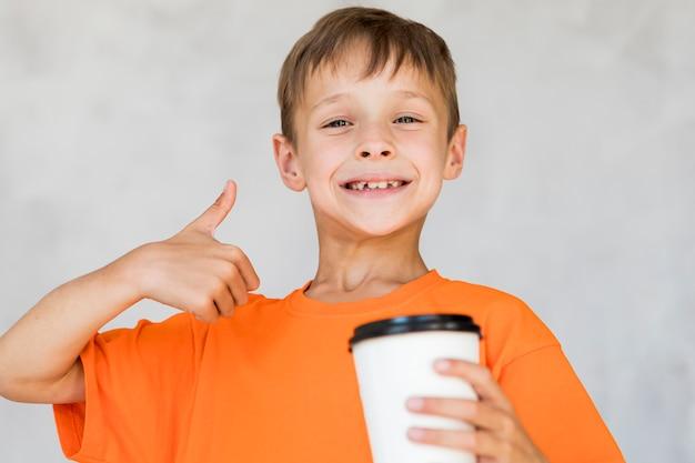 Kleiner junge, der sein getränk mag