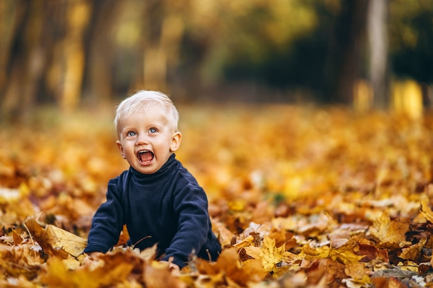 Kleiner junge, der spaß draußen im park hat
