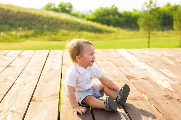 Kleiner junge, der spaß in der sommernatur hat