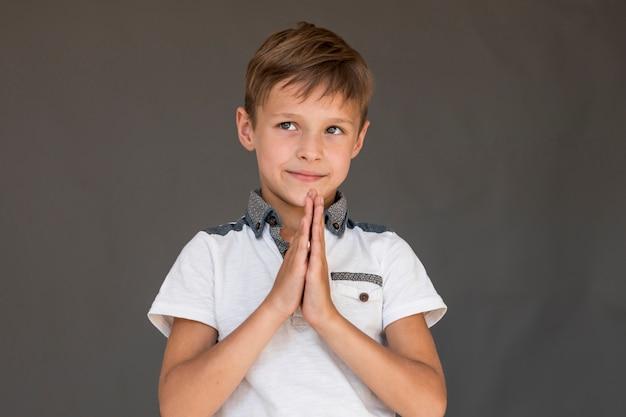 Kleiner junge, der um etwas bittet