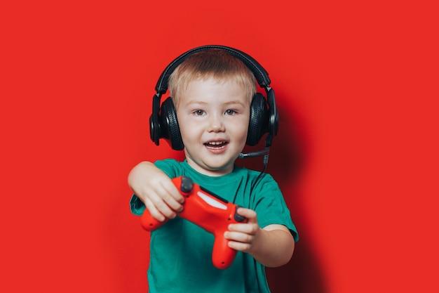 Kleiner junge, der videospiel spielt