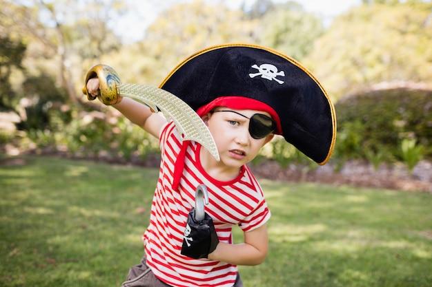 Kleiner junge, der vortäuscht, ein pirat zu sein