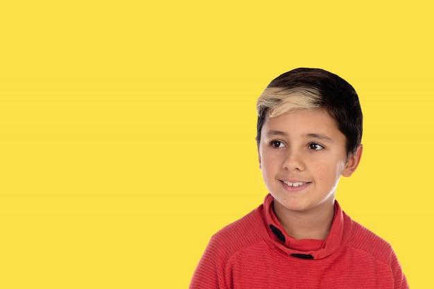 Kleiner junge des fotos chid mit einem gelben hintergrund