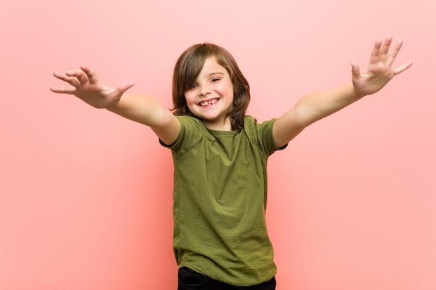 Kleiner junge fühlt sich sicher, eine umarmung zu geben