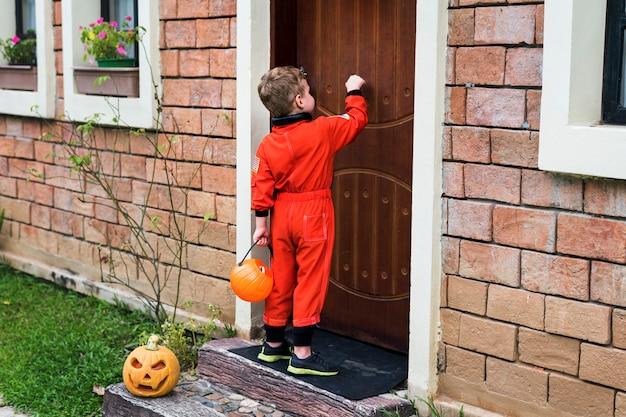 Kleiner junge für halloween verkleidet