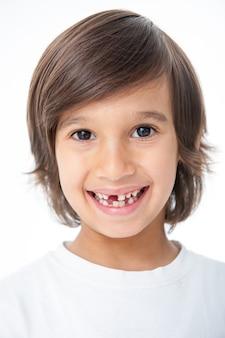 Kleiner junge hat den zahn verloren