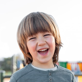 Kleiner junge im freien lächelnd