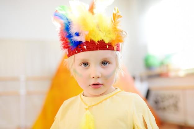 Kleiner junge im theaterstudio für kinder in der rolle des indianers.