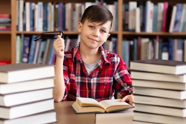Kleiner junge in der bibliothek