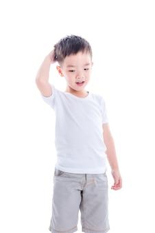 Kleiner junge in der weißen t-shirt stellung