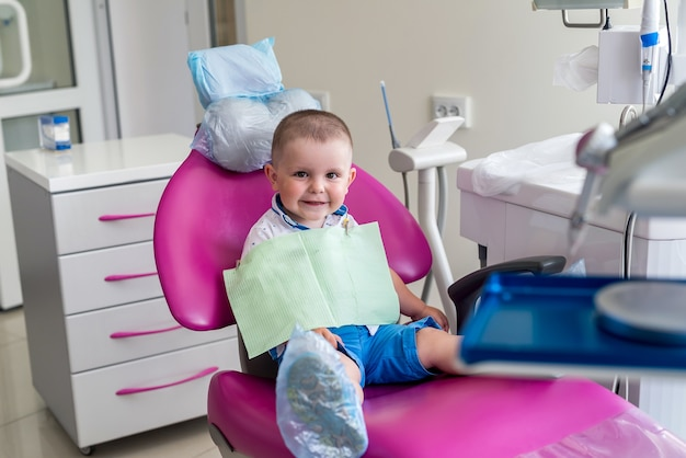 Kleiner junge in der zahnmedizin, im stuhl sitzend