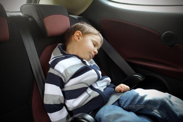 Kleiner junge in einem auto einschlafen
