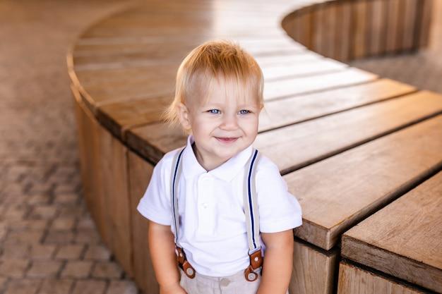 Kleiner junge in einem schönen anzug