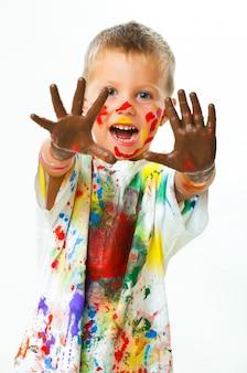 Kleiner junge in farbflecken befleckt