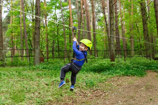 Kleiner junge in kletterausrüstung