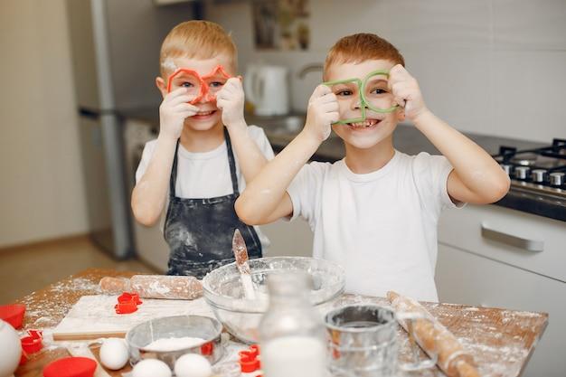 Kleiner junge kocht den teig für plätzchen