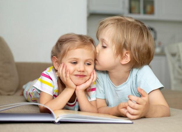 Kleiner junge küsst mädchen