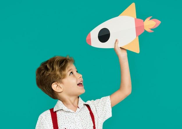 Kleiner junge lächelnd glück papier handwerk kunst rocket studio portrait