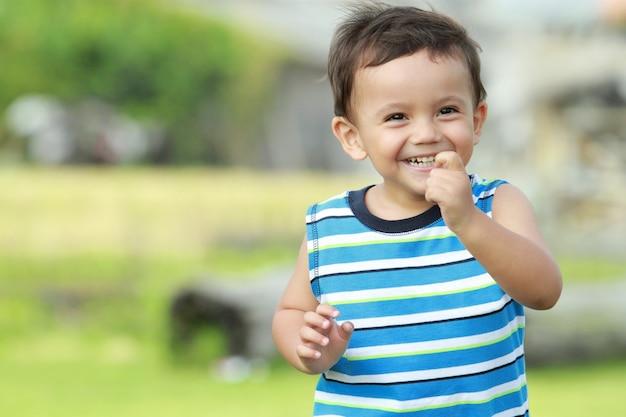 Kleiner junge lächelt beim laufen