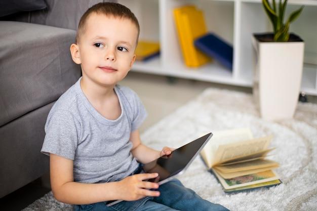 Kleiner junge lernt eine neue aktivität