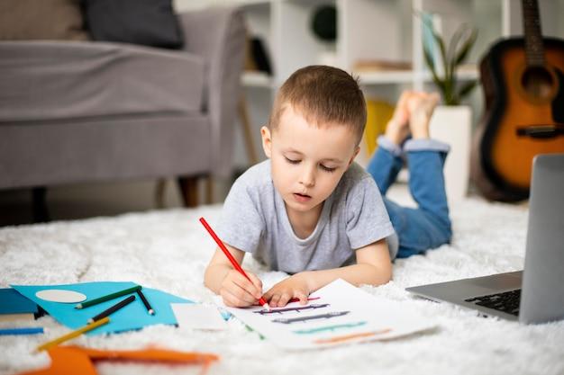 Kleiner junge lernt zeichnen