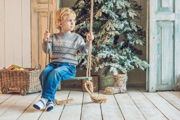 Kleiner junge macht sich bereit für den urlaub. frohes neues jahr und frohe weihnachten