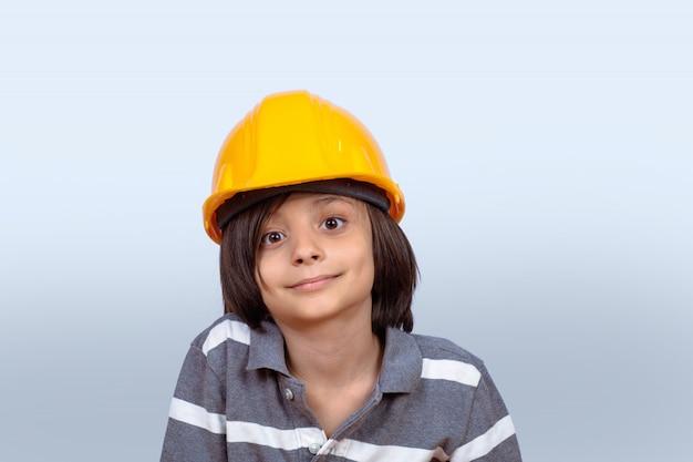 Kleiner junge mit bausturzhelm.
