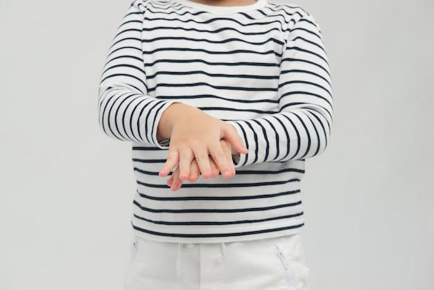 Kleiner junge mit händedesinfektionsmittel