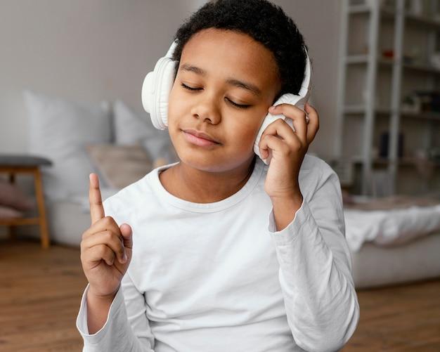 Kleiner junge mit kopfhörern