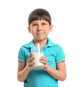 Kleiner junge mit milch auf weiß