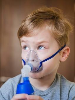 Kleiner junge mit sauerstoffmaske