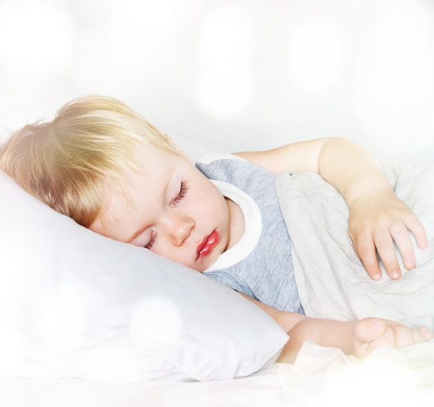 Kleiner junge mit schönen haaren. schlafen