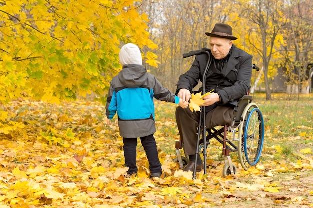 Kleiner junge mit seinem behinderten großvater