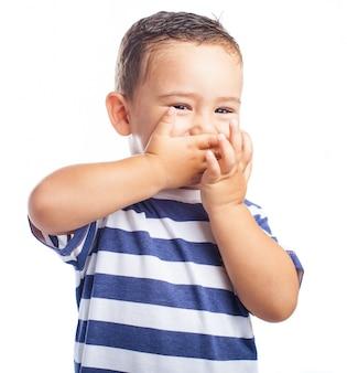 Kleiner junge mit seinem mund, während lachen