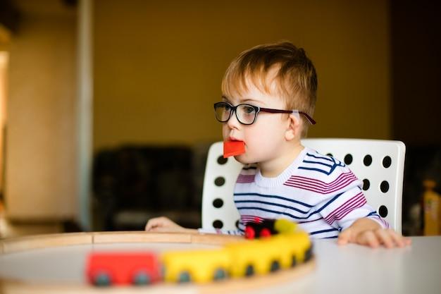 Kleiner junge mit syndromdämmerung