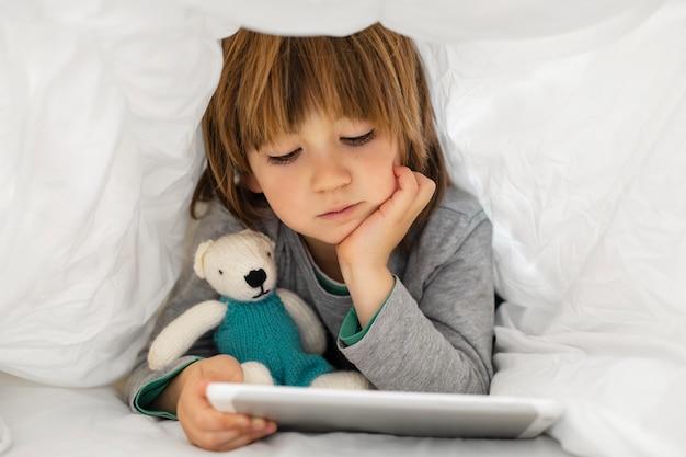 Kleiner junge mit tablette