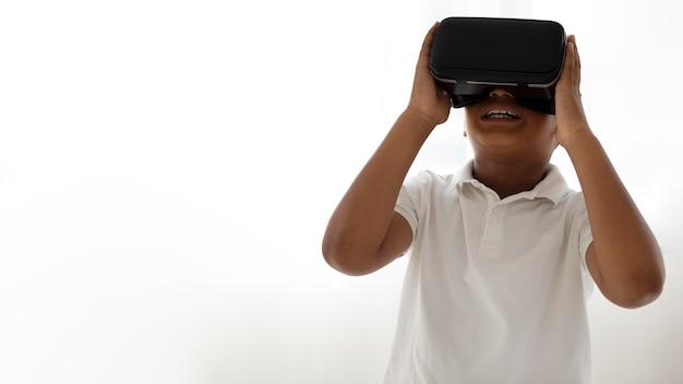 Kleiner junge mit virtual-reality-brille