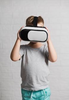 Kleiner junge mit virtuellem kopfhörer zu hause