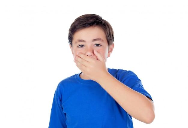 Kleiner junge mit zehn jahre alten bedeckung seines mundes