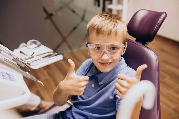 Kleiner junge patient am zahnarzt