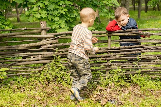 Kleiner junge rennt rüber, um seinen freund zu begrüßen