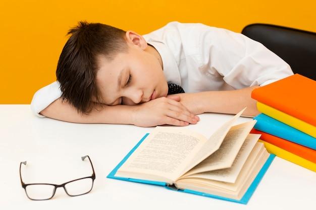 Kleiner junge schlief beim lesen