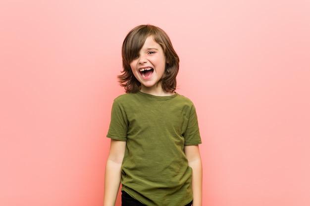 Kleiner junge schreit sehr wütend und aggressiv.