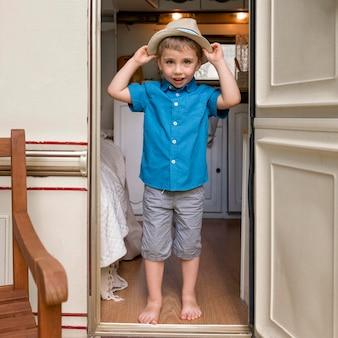 Kleiner junge setzt einen niedlichen hut auf