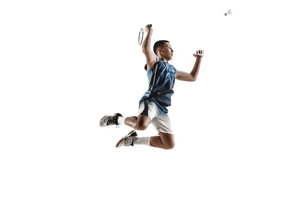 Kleiner junge spielt badminton isoliert auf weißem studiohintergrund