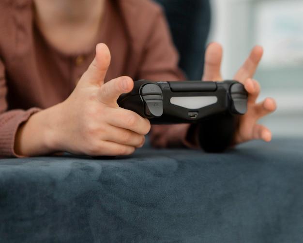 Kleiner junge spielt mit einem controller
