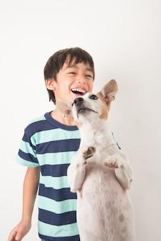 Kleiner junge spielt mit seinem freund hund jack russell